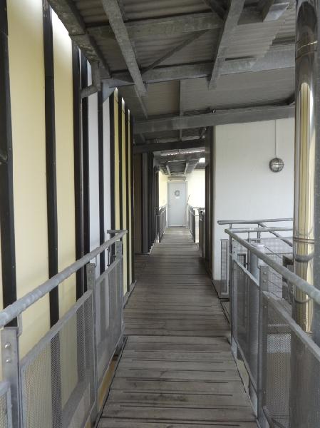 Stege zwischen den Gebäuden